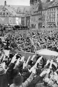 Sudetští Němci vítají Adolfa Hitlera v Chebu (10/1938)