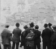 Američané ve Philadelphii se seznamují s novou mapou Evropy, 26.10.1918