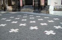 27 křížů na Staromětském náměstí v Praze jako připomínka popravy z 21. června 1621