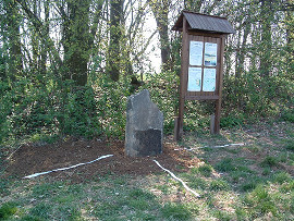 Čedičový menhir na vyzařovacím průsečíku linií.
