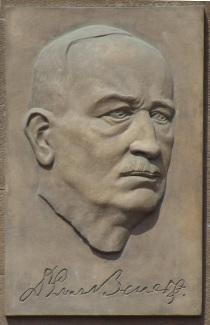 Plaketa Edvarda Beneše na Benešově náměstí v Teplicích