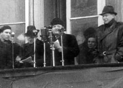 Klement Gottwald promlouvá k demonstrantům, únor 1948