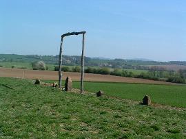 Menhirová řada kamenů uložených na průsečících linií.